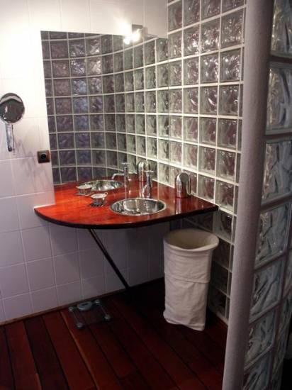 cr ation et installation d 39 un lave main et d 39 un mur en pav s de verre pour salle de bain. Black Bedroom Furniture Sets. Home Design Ideas